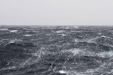 폭풍우가 치는 대양에서의 높은 바람 형성 줄무늬