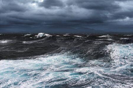 지평선에 바다와 산들을 폭풍이 불다.