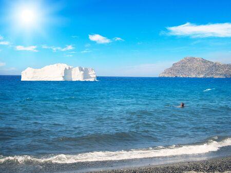 빙산 해변 근처 바다에서 표류