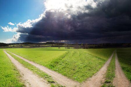 Twee wegen, een die naar de duisternis leidt tot licht Stockfoto