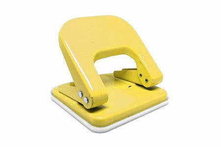 Perforatore di carta giallo ufficio isolato su priorità bassa bianca.