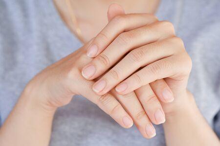 Gros plan sur l'ongle des femmes, Concept de soins de santé de l'ongle. Banque d'images