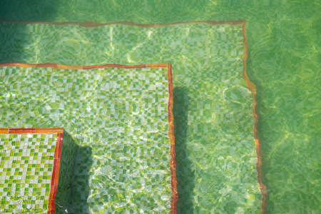 Groene Mozaiek Tegels : Rimpelingen van licht en groene mozaïek tegels op de vloer van een