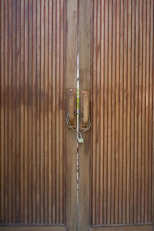 puertas de hierro: puertas de madera viejos encerrados con cadena de metal y candado.