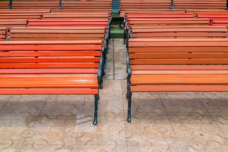 lineas horizontales: Las l�neas horizontales de bancos de madera rojas y h�medas.