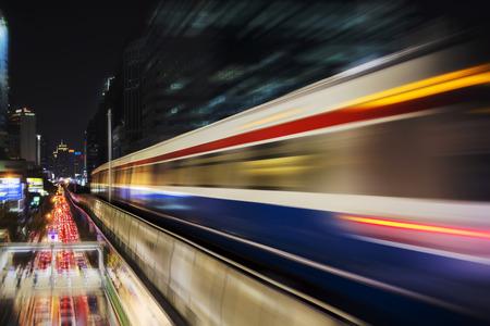 速モーションブラー スカイトレインから夜近代的な都市 (背景) で 写真素材