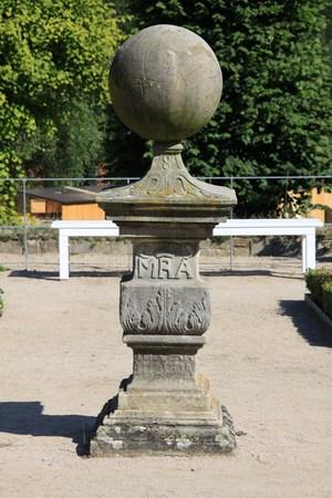 reloj de sol: Reloj de sol en el Monasterio Jard�n