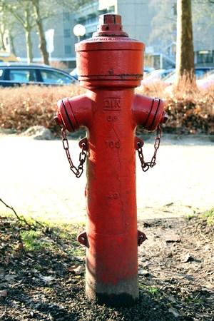borne fontaine: vieille bouche d'incendie rouge Banque d'images