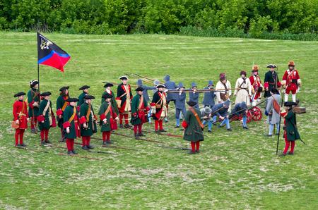 bombard: KOLOMNA, RUSSIA - 12 giugno 2015: I membri del club di storia rappresentano moschettieri russi, picchieri, bombardieri e granatieri dai tempi di Pietro I (1672-1725), il 12 giugno 2015 a Kolomna, in Russia. Reenactors dimostrano gli elementi di addestramento militare.