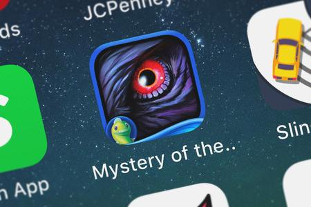 London, United Kingdom - October 05, 2018: Screenshot of the mobile app Mystery of the Ancients: Three Guardians - A Hidden Object Game App with Adventure, Puzzles  Hidden Objects for iPhone from Big Fish Games, Inc. Archivio Fotografico - 117652493