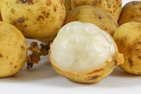 lanzones: Lansium parasiticum angsat lanzones fruit yellow skin white flesh Stock Photo