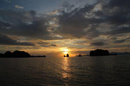 llave de sol: Puesta del sol en la roca en la isla de Langkwai