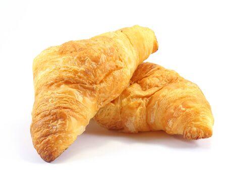 Croissant cocido al horno fresco de los pasteles en el fondo blanco