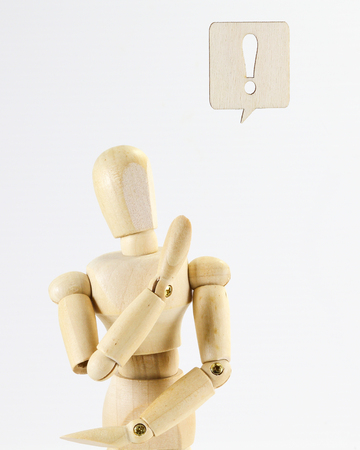 expresion corporal: Wooden puppet figure with Exclamatory Sign   word sign on white background