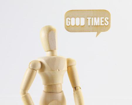 wooden puppet: Figura de madera t�tere con buenos tiempos se�al de palabra sobre fondo blanco