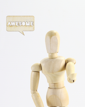 marioneta de madera: Figura marioneta de madera con la impresionante muestra de la palabra sobre fondo blanco Foto de archivo
