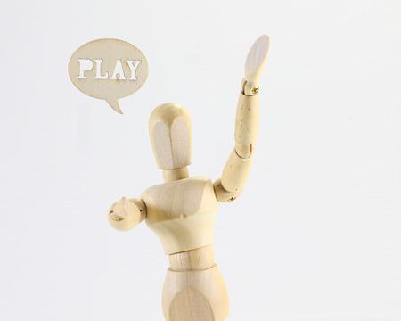 marioneta de madera: Figura de madera t�tere con signo de juego de palabras con el fondo blanco