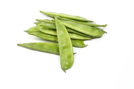 Joven verde fresca plana haba en el fondo blanco Foto de archivo
