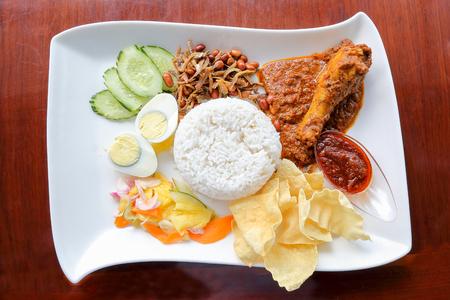 fish and chips: Nasi Lemak con chips rendang de pollo huevo frito anchoas cacahuetes pescado ensalada y sambal
