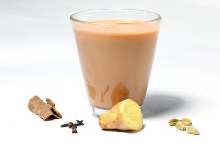 Hete Masala-thee drinkt specerij gembernagel kaneel kardemom Stockfoto