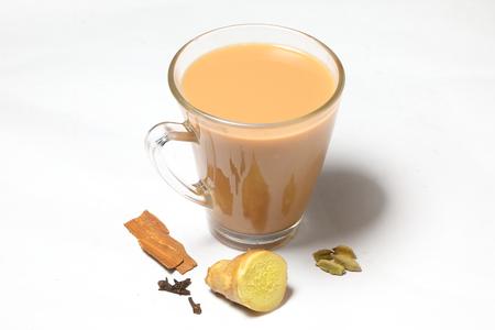 ホット マサラ紅茶飲むスパイス ジンジャーのクローブ シナモン カルダモン 写真素材 - 77833898