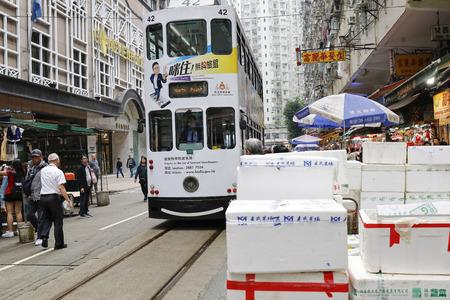 HONGKONG - 12. März 2019 - überfüllte Straßenbahnlinie Chun Yeung Street Wet Market und Geschäfte und Stände mit Gemüse, Fleisch, Fisch, Obst usw.