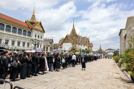 Bangkok, Thailand- June 28, 2017- People queuing at the yearlong period of mourning to pay their last respect to late Thai King Bhumibol Adulyadej. 新聞圖片