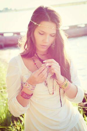 mujer hippie: Ni�a hippie en el bloqueo la luz del sol.