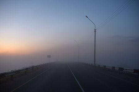 Mitternachtsautobahn mit Nebel bedeckt