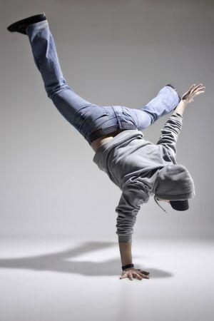 danza moderna: Niño caucásico práctica break dance, danza urbana de la calle Foto de archivo