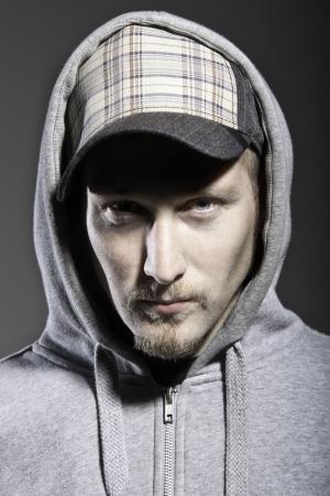 estilo urbano: hombre cauc�sico de estilo urbano con gorra y capucha poner Foto de archivo