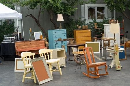 yard sale: Flea market