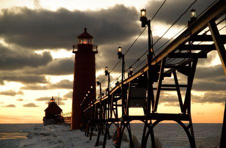 lake michigan lighthouse: Puesta de sol en Grand Haven Lighthouse, Grand Haven, Michigan, EE.UU.