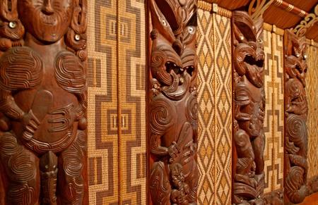 verdrag: Hout gravures van voorouders in een Maori Meeting House, Waitangi, Nieuw-Zeeland