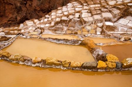 evaporarse: Miles de piscinas de poca profundidad en el agua se evapore Maras Salt Mines Salinas de Maras, Per� Foto de archivo