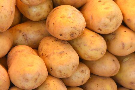 Fresh organic potatoes for sale in the market. Standard-Bild