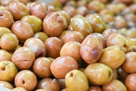 Green olives for sale sold on at market. Standard-Bild