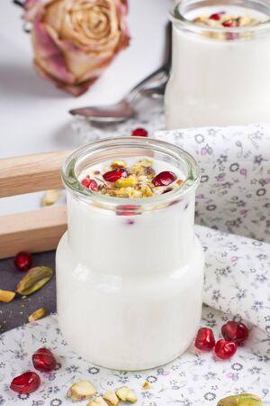 petit dejeuner romantique: D�jeuner romantique dans des petits pots avec de rose s�ch�e sur le plateau sur fond