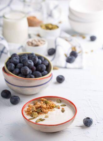 yogurt natural: yogur natural con semillas de calabaza y granola miel