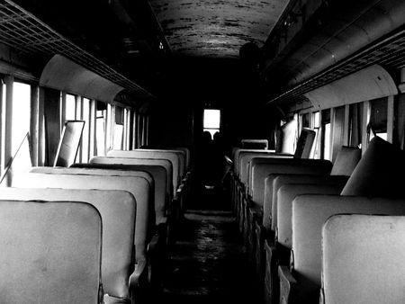 baranda para balcon: Vaciar filas de asientos dentro de un viejo coche de época ferroviaria