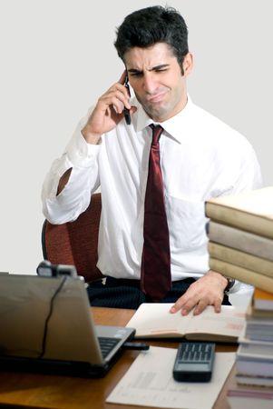 business skeptical: Hombre en el traje del negocio rodeado por los libros con una mirada esc�ptica Foto de archivo