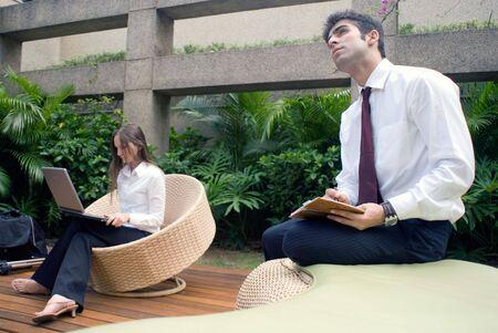 Hombres y mujeres trabajando juntos en un patio al aire libre  Foto de archivo - 2738654