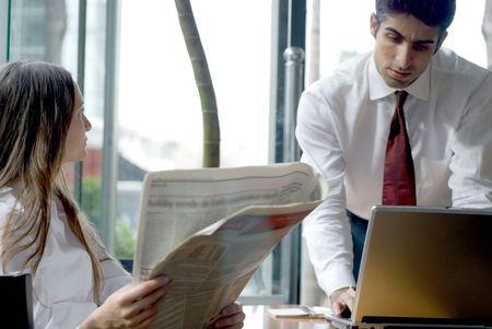 Een man en een vrouw overweegt finicial informatie.