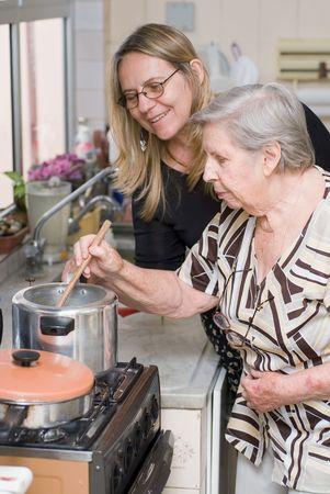 Mère et personnes âgées mère cuisine un repas ensemble  Banque d'images - 2953802