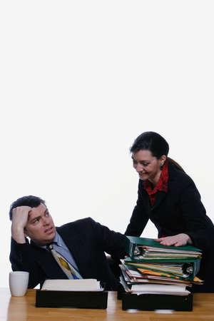 female boss: Gesch�ftsmann sucht niedergeschlagen als Chef seiner weiblichen H�nden ihm mehr Arbeit. Isolierte vor einem wei�en Hintergrund  Lizenzfreie Bilder