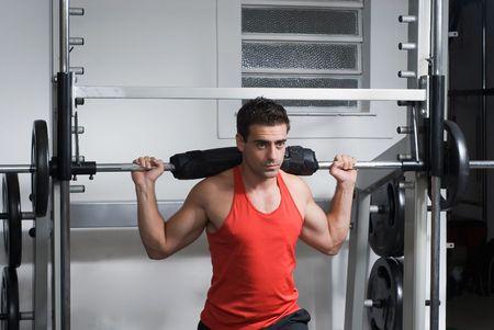 Hombre atleta utilizando una máquina en cuclillas.  Foto de archivo - 3041883