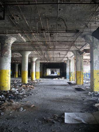 Un tir vertical à l'intérieur d'une usine désaffectée / entrepôt, avec un point vanshing unique. Banque d'images - 3100964