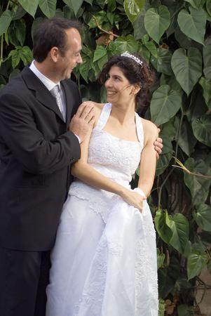 Een pas getrouwd paar staren op elkaar, terwijl in hun huwelijk kleren. - Verticaal framed