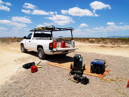 camioneta pick up: Camioneta blanca con equipo de construcci�n en una obra de construcci�n del desierto. Horizontalmente foto enmarcada.
