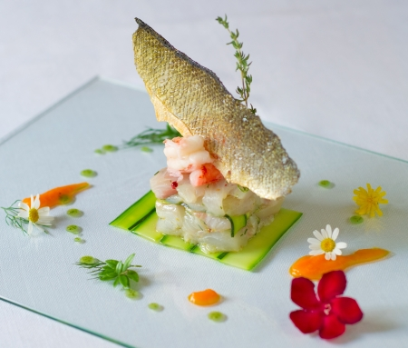 restaurateur: tr�s �l�gant service de plat de poisson de la haute cuisine